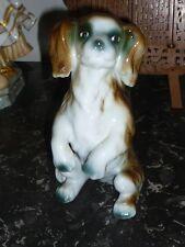 FIGURINE EN PORCELAINE CLUJ CHIEN ASSIS PEKINOIS STATUETTE 20 CM SIGNE OLD DOG
