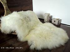 Tapis en fausse fourrure et peaux blanches pour la chambre à coucher