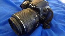 Nikon D3000 + Objektiv 18-55mm 3.5-5.6G VR AF-S Spiegelreflexkamera Kamera >>