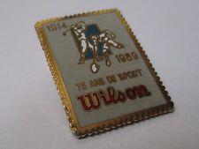 Pin's équipement sportif Wilson de 1914 à 1989 75 ans de sport (Golf tennis EGF)