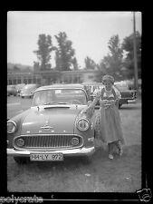 Portrait femme à côté voiture ancienne Opel - ancien négatif photo  an.1950