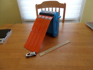 Hot Wheels Way Too Fast Storage Car Carry Case with Fold Out Ramp & 1 Car - Good
