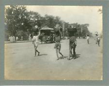 Inde, Vue d'une rue et passants, ca.1910, vintage silver print Vintage silv