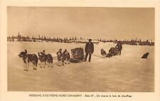 CPA MISSIONS D´EXTREME NORD CANADIEN ON CHARRIE LE BOIS DE CHAUFFAGE