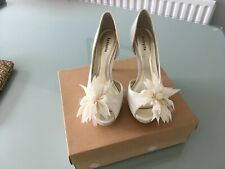 Stunning cream shoes, size 4, with gorgeous flower on each shoe.