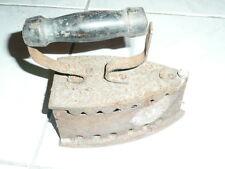 Ancien fer à repasser a charbon, art populaire deco vintage.