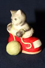 Goebel Katze im Weihnachtsstiefel spielt mit Wolle Höhe 9 cm TOP Art Kreation!