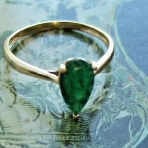 9ct YELLOW GOLD SOLITAIRE RING SET WITH A LARGE EMERALD UK SIZE S