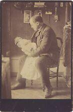 Le Père avec son bébé La Paternité Vintage citrate vers 1900