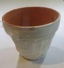 Petit pot en terre cuite avec textile blanc