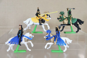BRITAINS DEETAIL 1971 PLASTIC SET of 4 MOUNTED KNIGHTS ATTACKING 1nz