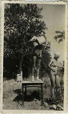 PHOTO ANCIENNE - VINTAGE SNAPSHOT - CURIOSITÉ DOUCHE JARDIN MAILLOT BAIN DRÔLE