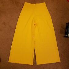 NWOT Boohoo yellow capri pants, size 6