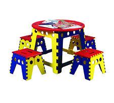 Mehrfarbige Tische für Kinder