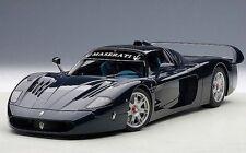 1:18 AutoArt Maserati Mc12 Road Car, metallico blu + kostenlos1/18 VETRINA