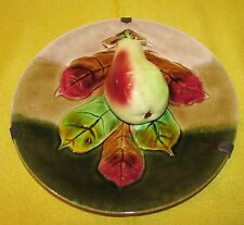 ASSIETTE EN BARBOTINE ANCIENNE POIRE EN RELIEF / majolica plate with pear