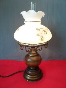 Tischlampe aus Holz & Messing mit Milchglasschirm & Glaskolben Jasminblütendekor