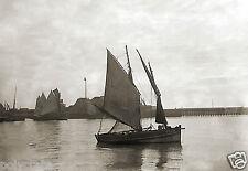 Photo Ancienne - Bretagne Bateau Voilier Sortie du Port Mer - repro - deb. XXe