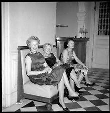 3 femmes assises robes soirée - Ancien négatif photo an. 1950