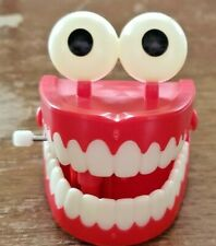 VINTAGE WHITE KNOB WIND-UP TOY CHATTERING TEETH WITH EYES THAT GLOW IN DARK
