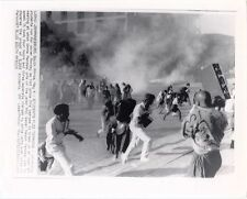 1987 PHOTO JOHANNESBURG, SOUTH AFRICA, UNIVERSITY STUDENTS FLEE TEARGAS