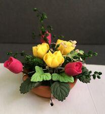 TULIPANI rosa & Giallo rose in un vaso di terracotta, DOLLS HOUSE miniature GIARDINO