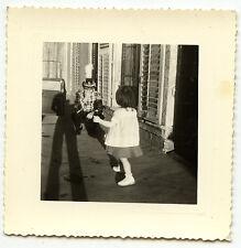 Petite fille & homme avec chapeau déguisement ombre - photo ancienne an. 1950