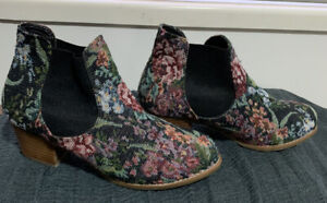 Billabong Tapestry Booties Size 7