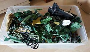 Konvolut verschiedener Spielzeugsoldaten und Fahrzeugen aus Plastik