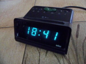 Uhr Wecker Braun DN 30s Type 4808 funktion ok weisse farbklexe