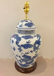 HAND PAINTED BLUE & WHITE ORIENTAL PORCELAIN TABLE LAMP JC1872
