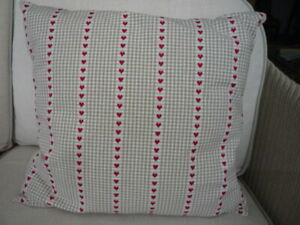 household accessories-cushions, NEW, 18 x 18, beige check+hearts, plain back