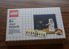 LEGO  Minifigure Retro Set 2014 Classic Astronaut and Robot with Book 5002812
