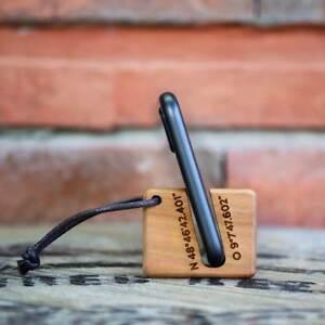 Holz Schlüsselanhänger mit Gravur Smartphone Halterung Ständer