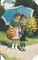 uralte AK, 2 Kinder in Tracht mit Blumenstrauß/Blumenkorb und Regenschirm //24