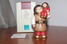 """Thun,Presepe Giubileo """"Uomo con bimba"""".  Rosso . Altezza 13,5 cm . Nuovo."""