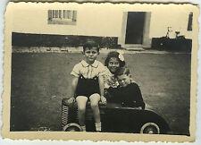 PHOTO ANCIENNE - ENFANT VOITURE À PÉDALES MAISON -CHILD CAR TOY-Vintage Snapshot