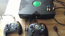 Microsoft Xbox mit zwei Controllern