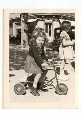 Petite fille à vélo tricycle rue Toulon - photo ancienne an. 1950