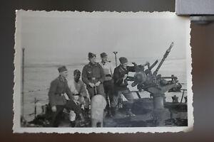 altes Foto 2.WK Soldaten auf Schiffsfwrack