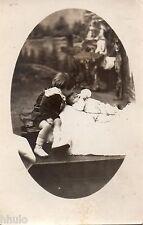 BM032 Carte Photo vintage card RPPC Enfant bébé kiss baiser