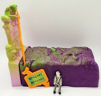 Vintage HERE LIES BEETLEJUICE Vanishing Vault Grave Bed Coffin & Figurines 1989