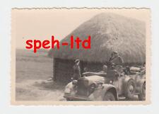 Original Foto / ...Deutscher Kübelwagen vor russischer Steppenhütte