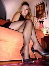 """5""""x7"""" PHOTO * SEXY PARTY GIRL w LONG LEGS in PANTYHOSE AND HEELS on SOFA * AZ250"""
