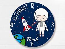 Kinder Wanduhr mit Namen und Astronaut Flüsterlaufwerk