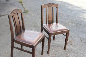 2 alte antike Stühle mit Ledersitzfläche und Schnitzerei um 1930
