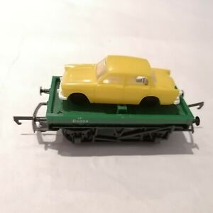Triang/Hornby - R17 Green Flat Wagon with Yellow Minix Car Load - HO/OO