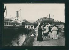 Écosse, Édimbourg, Passagers à la sortie d'un traversier, ca.1900, Vintage