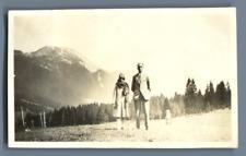 France, Environs de Grenoble, Couple posant devant les montagnes  Vintage silver