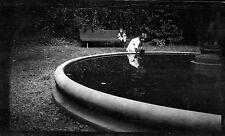 Portrait enfants jeux fontaine bassin - négatif photo ancien circa 1910